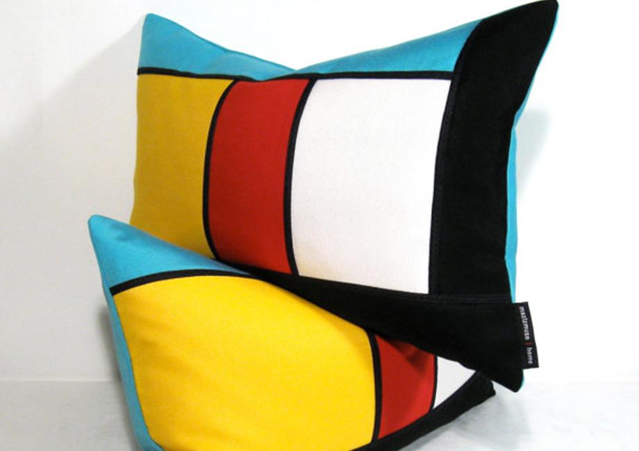 Δώστε χρώμα στον καναπέ και τις πολυθρόνες σας με χρωματιστά μαξιλάρια (τύπου color block) σε γεωμετρικά μοτίβα.