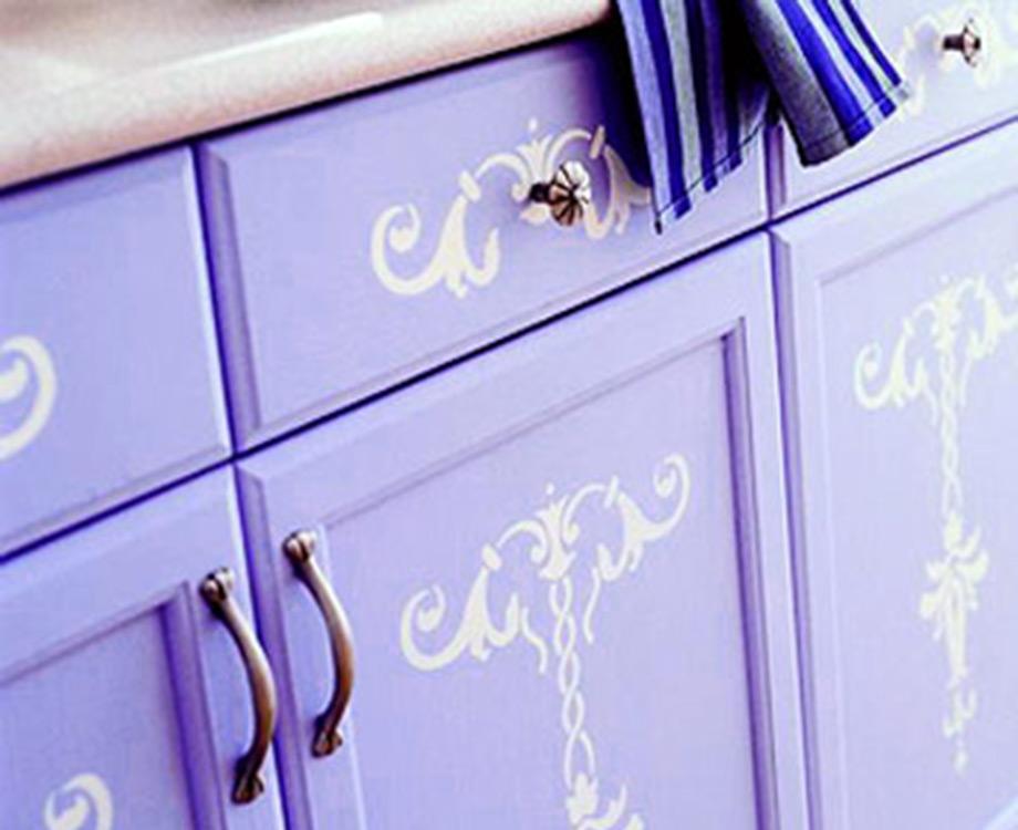 Χρησιμοποιήστε αυτοκόλλητα στένσιλ για να ζωντανέψετε την κουζίνα σας.