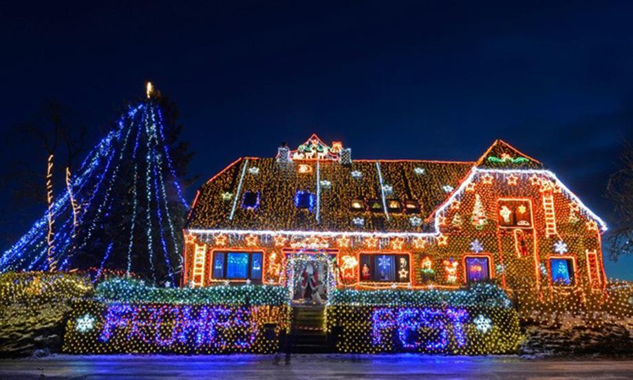 Όχι χίλια, αλλά 400.000 χρωματιστά φωτάκια κοσμούν την πρόσοψη του σπιτιού.