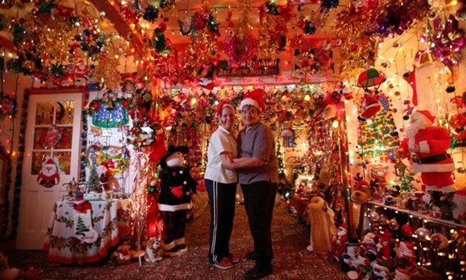 Μέχρι το 2008 άντεξε η τσέπη των ιδιοκτητών αυτού του σπιτιού το βάρος... των εορταστικών στολισμών.