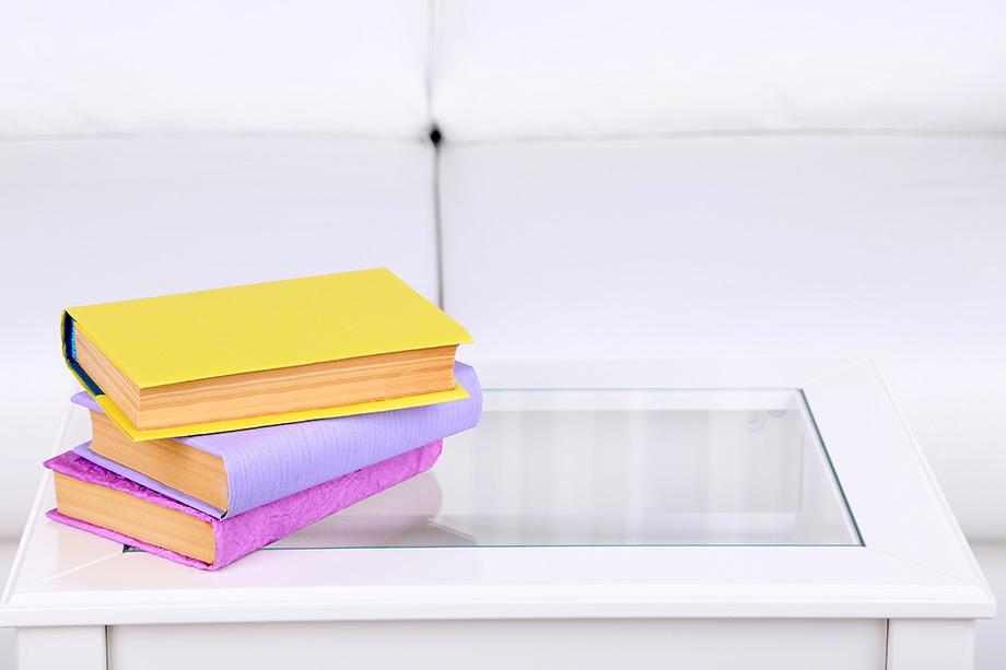 Διακοσμήστε το coffee table σας με μεγάλα, ογκώδη βιβλία.