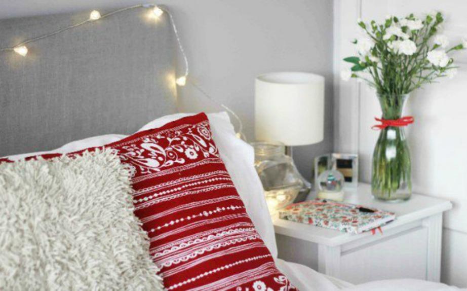 Τα μαξιλάρια είναι ένας οικονομικός τρόπος να δώστε χριστουγεννιάτικη πινελιά στο υπνοδωμάτιό σας.