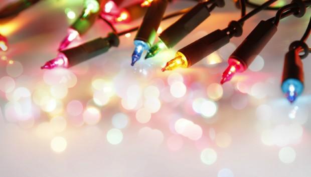 Δείτε πως τα Χαλασμένα Χριστουγεννιάτικα Λαμπάκια Γίνονται.... Παντόφλες!