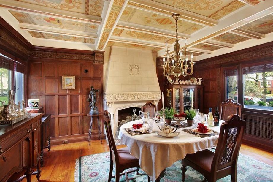 Τα ψηλά ταβάνια του σπιτιού είναι διακοσμημένα με περίτεχνα φατνώματα.
