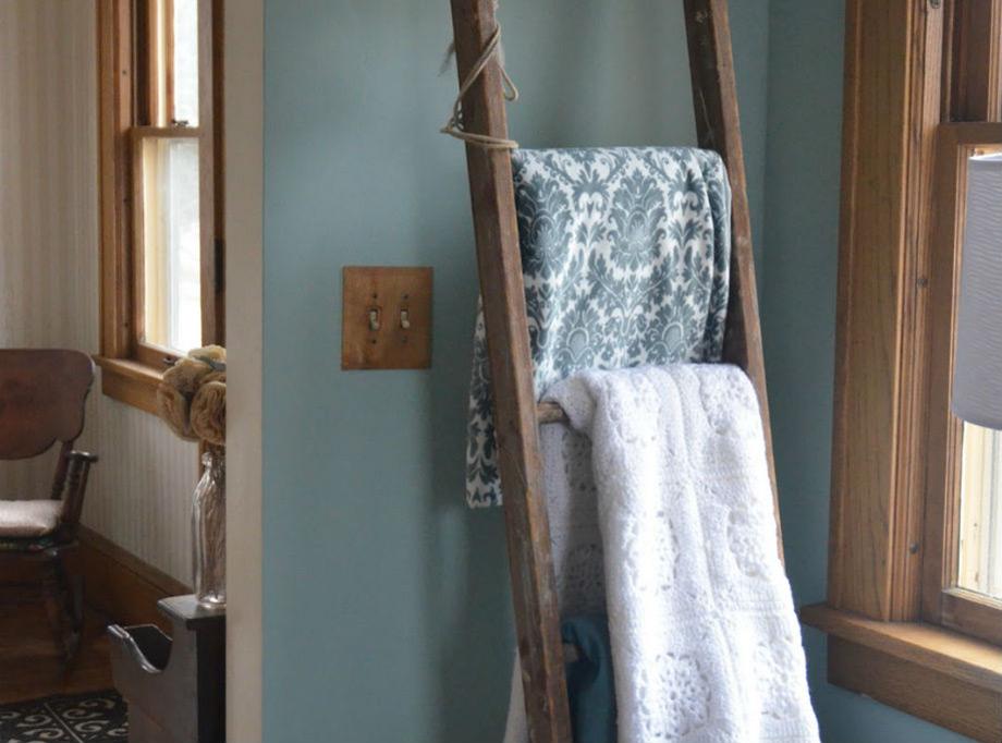 Τοποθετήστε στα σκαλιά κουβέρτες ή/και τα ριχτάρια του καναπέ σας.