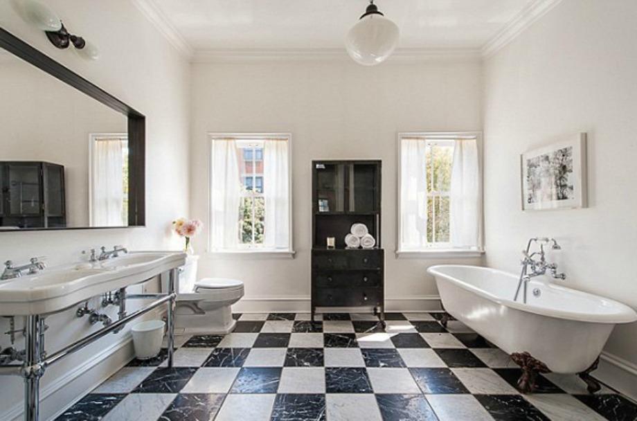 Το σπίτι διαθέτει κεντρική θέρμανση, ενδοδαπέδια και μεγάλα, γαλλικά παράθυρα.