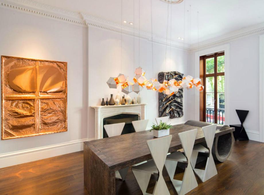 Το ξύλινο τραπέζι δίνει ρουστίκ χαρακτήρα στην μοντέρνα κεντρική τραπεζαρία του αρχοντικού.