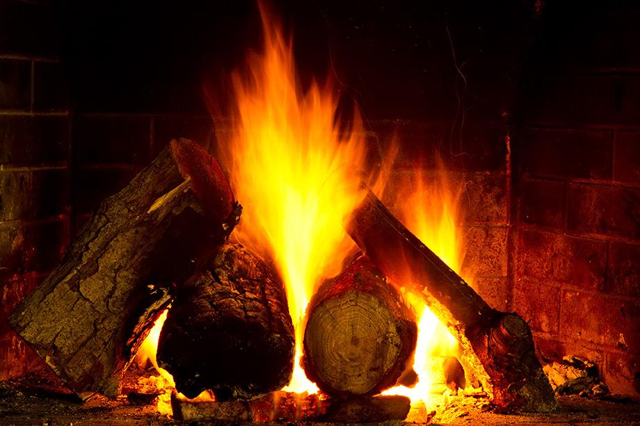 Το πεύκο και το έλατο είναι καλύτερα για προσάναμμα και παίρνουν φωτιά εύκολα.