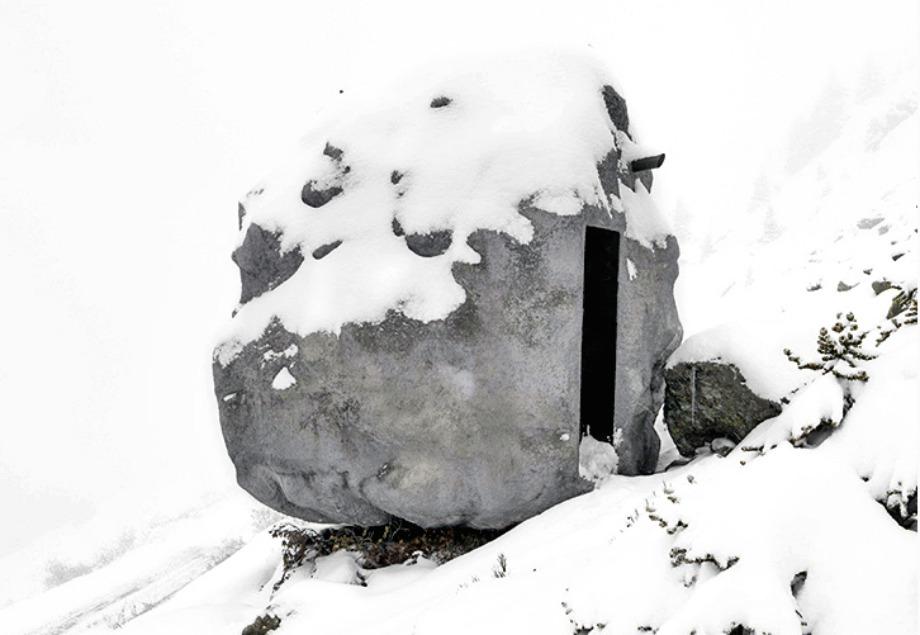 Όταν το τοπίο είναι χιονισμένο είναι ακόμα πιο δύσκολο να βρει κανείς το συγκεκριμένο καταφύγιο.