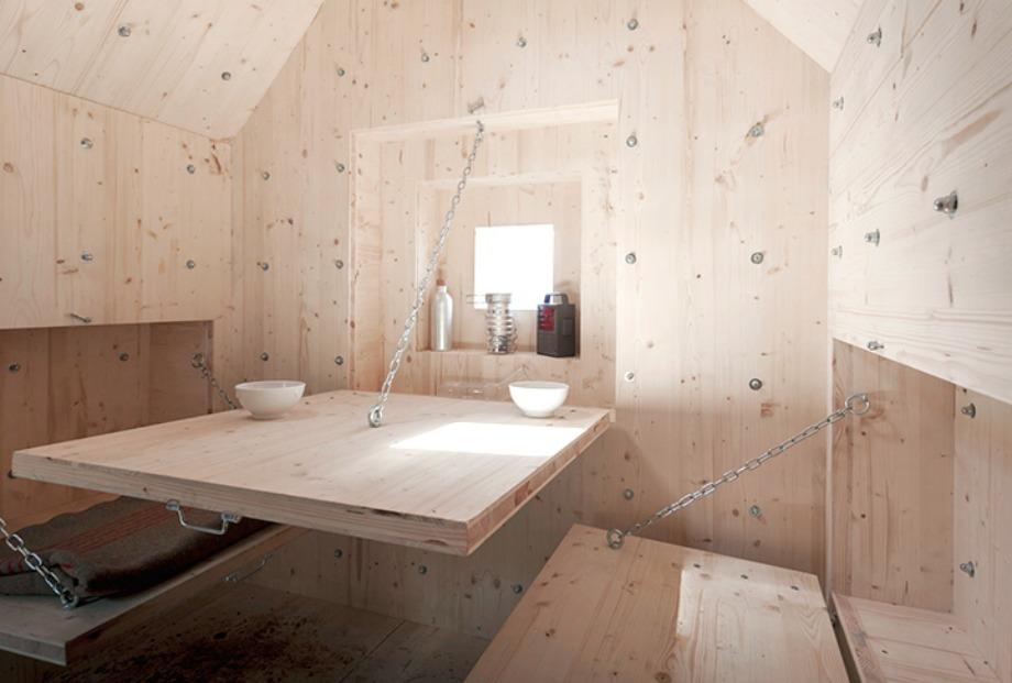 Το εσωτερικό του μικροσκοπικού σπιτιού περιέχει κρεβάτι, γραφείο αλλά και μερικά μικρά παραθυράκια.