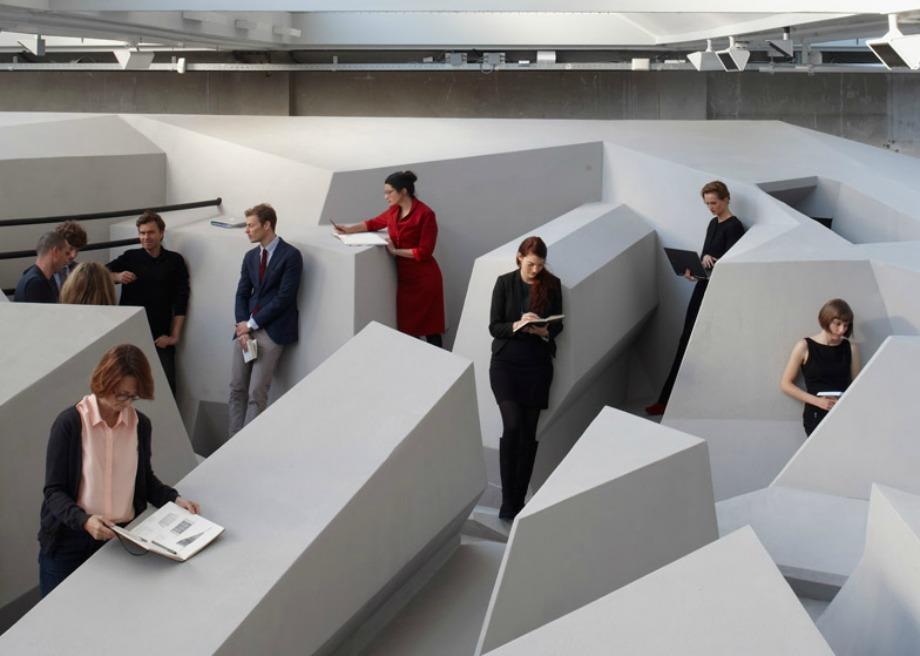Πώς θα σας φαινόταν να μην υπάρχουν καρέκλες να κάθεστε στο γραφείο σας αλλά να μπορείτε να ξαπλώνετε όσο δουλεύετε;
