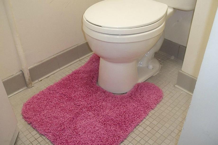 Πετάξτε τα σκουπίδια τα χαλάκια της τουαλέτας! Είναι πολύ κιτς και απίστευτα ξεπερασμένο.