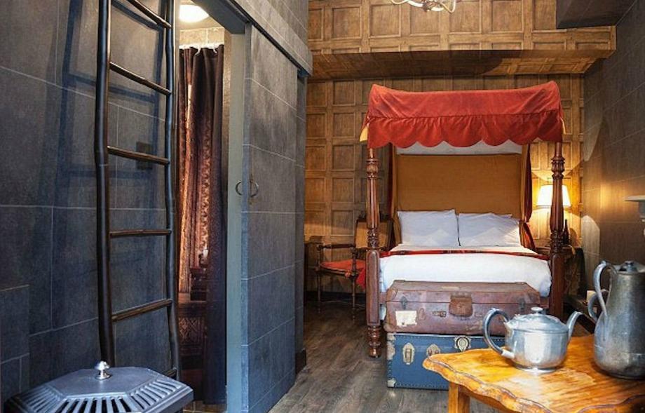Το ξενοδοχείο διαθέτει κρεβάτια με θόλους και εντυπωσιακή διακόσμηση με έμφαση στα vintage κομμάτια
