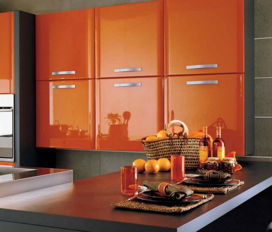 Τα πορτοκαλί ντουλάπια θα δώσουν χρώμα και ένταση στην κουζίνα σας