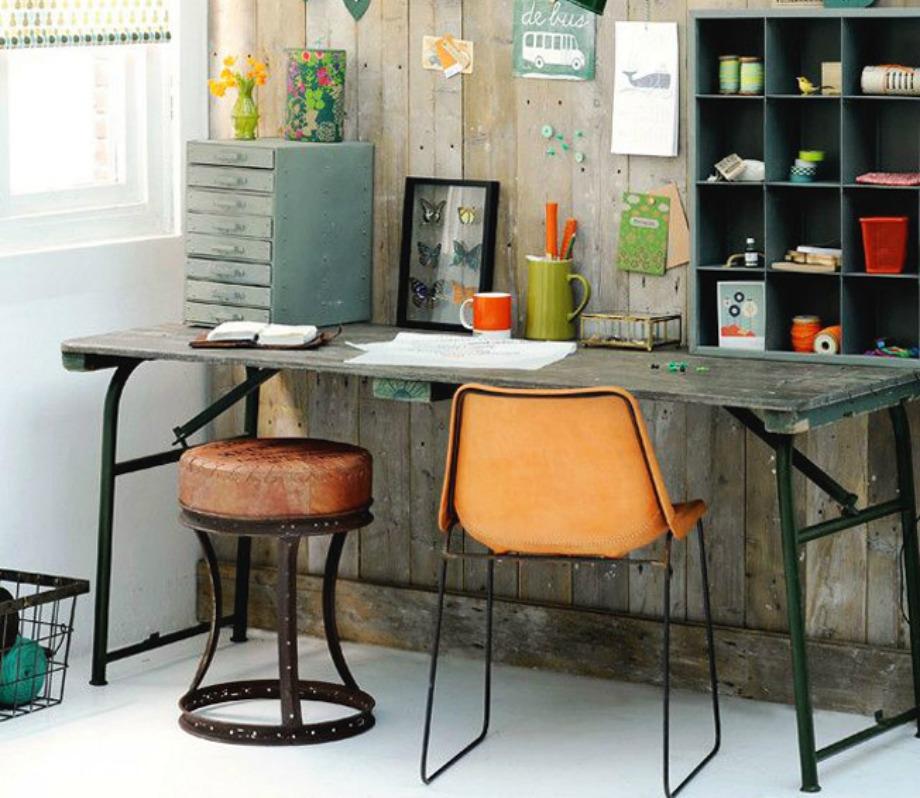 Επιλέξτε καρέκλες με μεταλλικά πόδια και μεταλλικά ή ξύλινα γραφεία