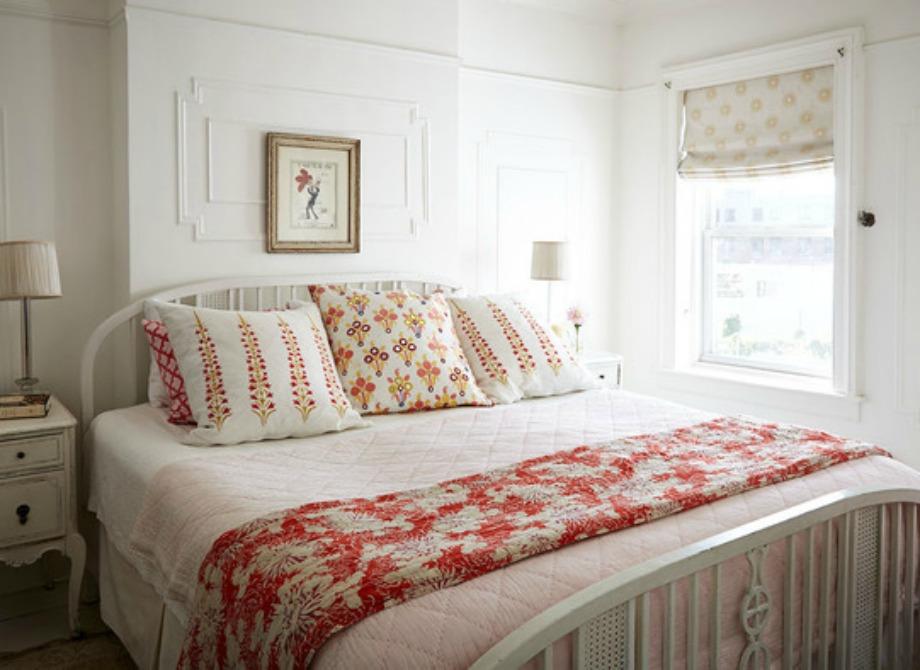 Οι πορτοκαλί πινελιές στην κρεβατοκάμαρα αναδεικνύονται τέλεια πάνω σε λευκό φόντο
