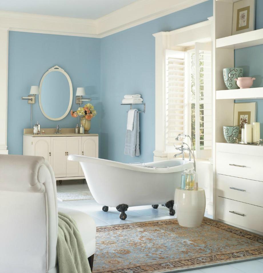 Σε αυτό το μπάνιο, το άσπρο και το θαλασσί καλύπτουν επιφάνειες ίσων αναλογιών, ενώ το μπεζ βρίσκεται σε μικρότερο ποσοστό