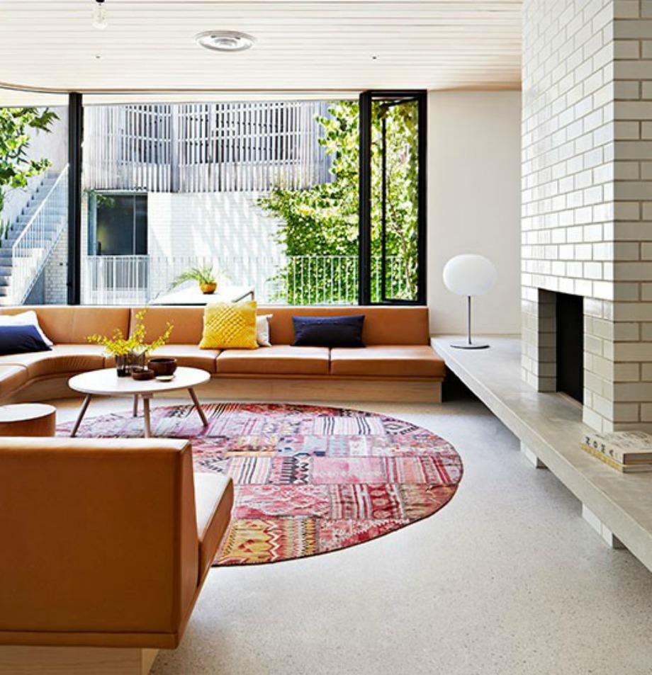 Βάλτε γωνιακό καναπέ για να φανεί το σαλόνι πιο γεμάτο