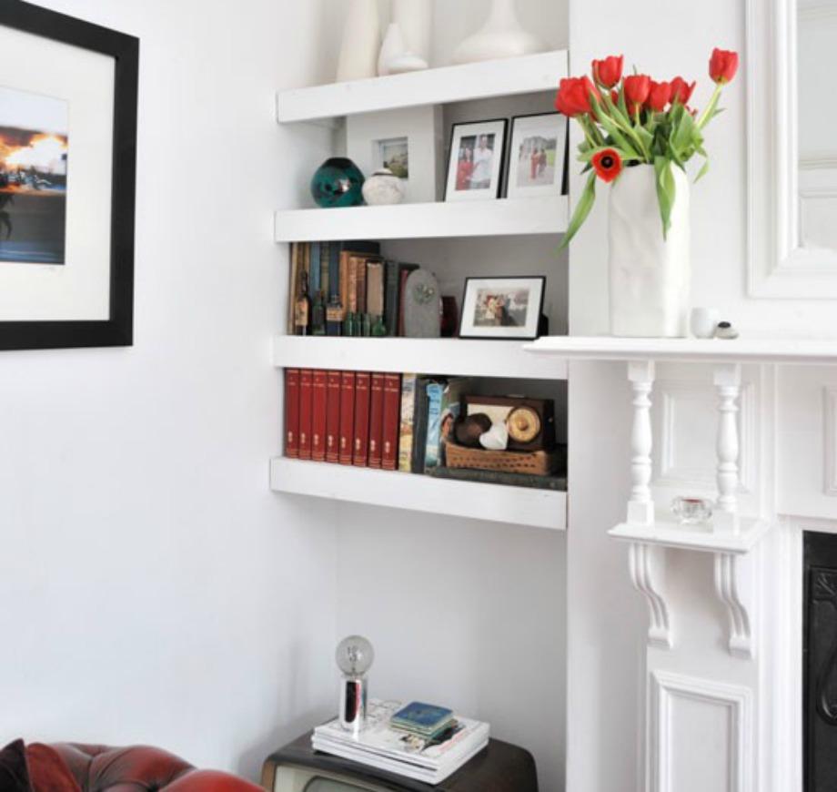 Προσθέστε ράφια στο ίδιο χρώμα με τον τοίχο σας για να δημιουργήσετε μία αυτοσχέδια βιβλιοθήκη