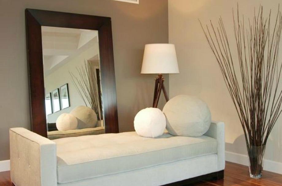 Οι καθρέφτες που είναι απλά ακουμπισμένοι στον τοίχο δίνουν έξτρα στιλ στον χώρο