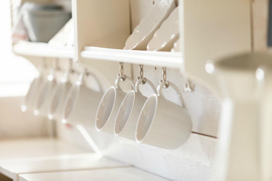 Αφαιρέστε τα καπάκια από τα ντουλάπια της κουζίνα σας για να δημιουργήστε οπτικό ενδιαφέρον στο χώρο.