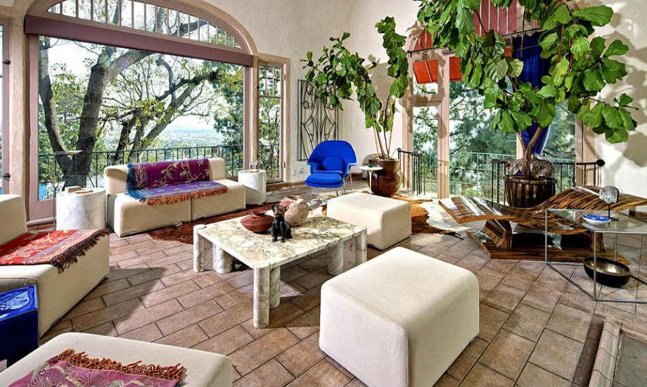 Το μεγάλα φυτά στο κεντρικό καθιστικό του σπιτιού δίνουν την αίσθηση κήπου.