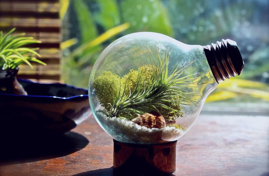 Προσθέστε έξτρα λάμψη στο βάζο σας βάφοντας τη βάση της λάμπας με βερνίκι νυχιών.