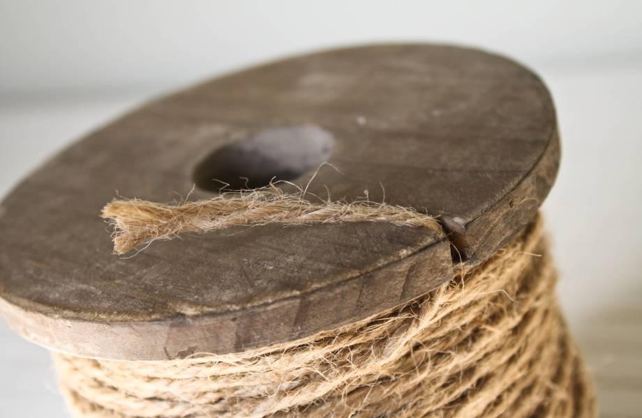 Τυλίξτε λίγο σύρμα ή σπάγκο γύρω από τη βάση της λάμπας για να την κρεμάσετε.