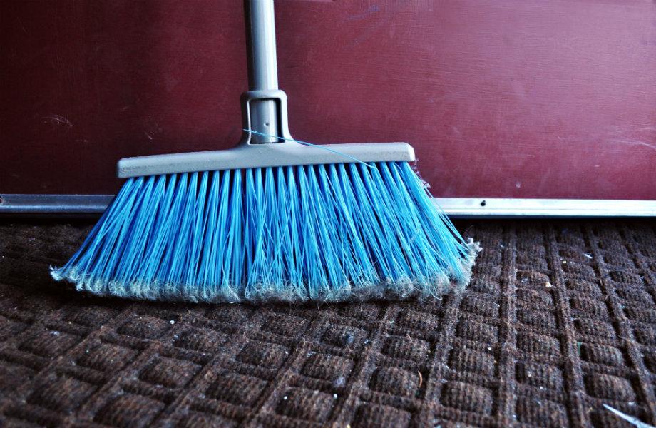 Σκουπίστε καλά το πάτωμα χωρίς, όμως, να μετακινήσετε τα έπιπλα.