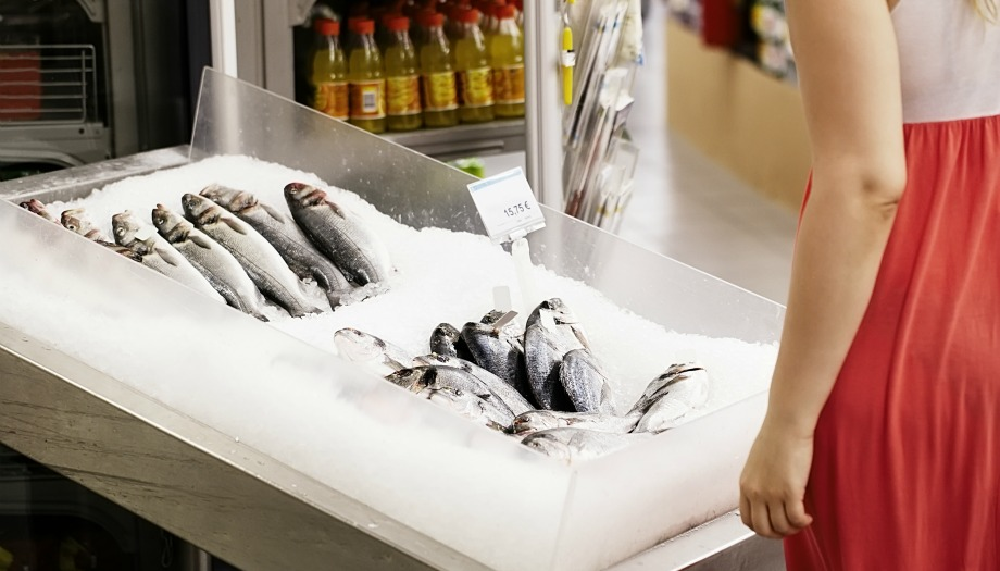 Για να καταλάβετε αν ένα ψάρι είναι φρέσκο μπορείτε να το βάλετε πάνω στην ανοιχτή παλάμη