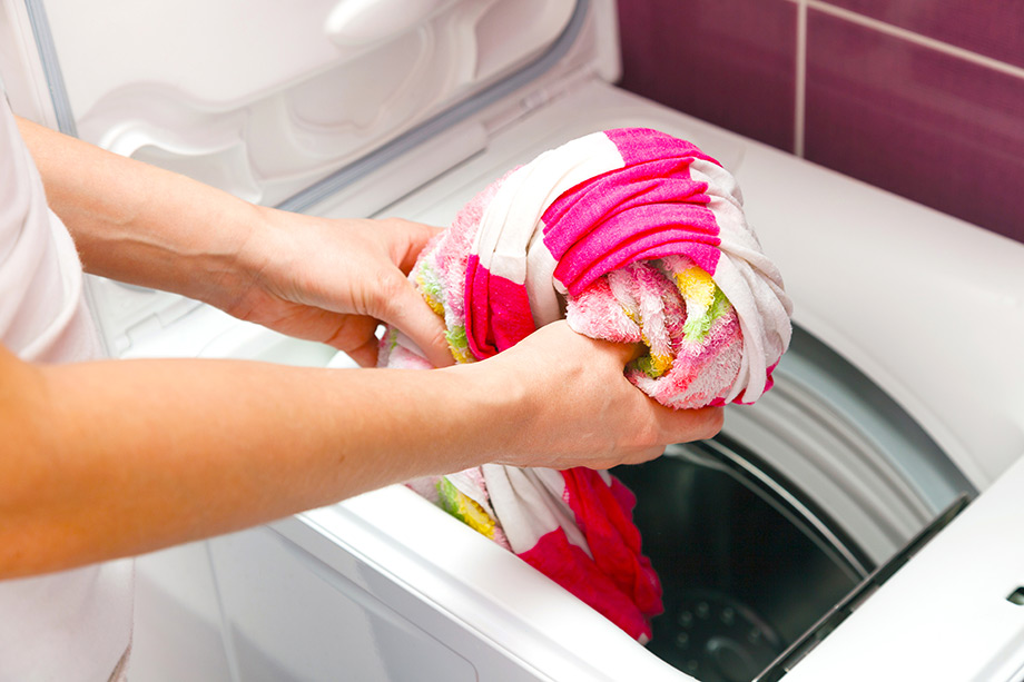Μετά το τέλος κάθε πλύσης, αφαιρέστε τα ρούχα όσο πιο άμεσα γίνεται από τον κάδο για να εμποδίσετε το ζάρωμα.