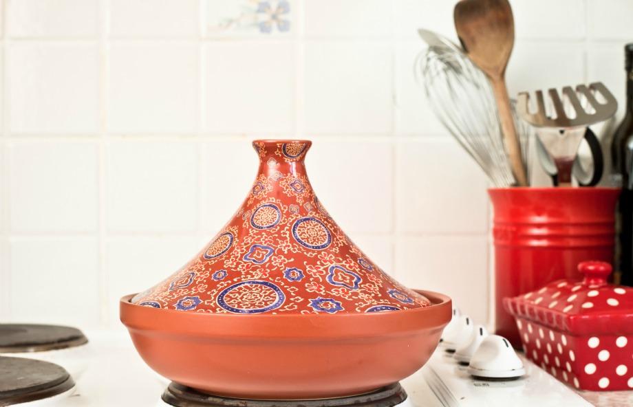 Δώστε στην κουζίνα σας Μαροκινό αέρα επενδύοντας τους τοίχους της με πλακάκια με χρωματιστά μοτίβα.
