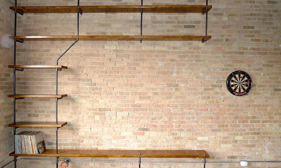 Τα ράφια με σωλήνες δίνουν έναν industrial τόνο σε κάθε δωμάτιο του σπιτιού.