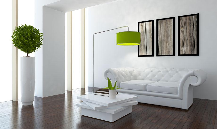 Πειραματίστε με τον τρόπο που θα βάλετε τις κορνίζες στον τοίχο του καθιστικού σας.