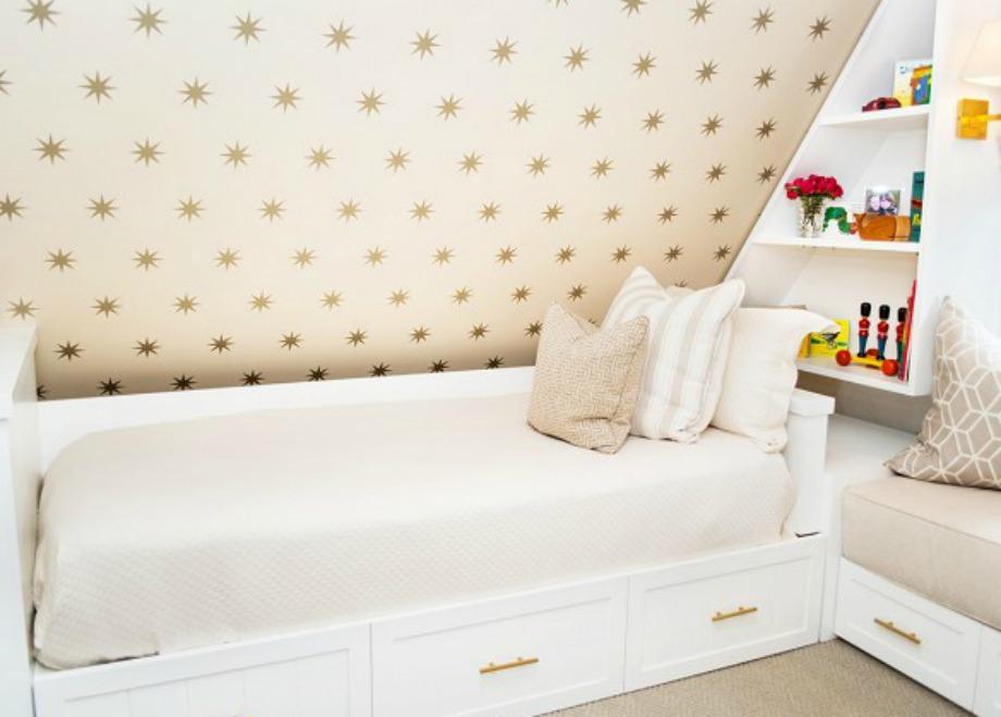 Η ταπετσαρία με τα αστεράκια σε έναν από τους τοίχους της σοφίτας ομορφαίνει πολύ ολόκληρο το δωμάτιο.