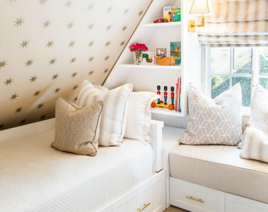 Η μικροσκοπική βιβλιοθήκη είναι φτιαγμένη με τέτοιο τρόπο ώστε να ταιριάζει και σε παιδικό δωμάτιο και σε δωμάτιο ενηλίκου.