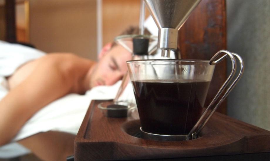 Με τον πρώτο καφέ της ημέρας έτοιμο πριν καν σηκωθείτε από το κρεβάτι σας, μπορείτε να σκεφτείτε καλύτερο ξύπνημα;