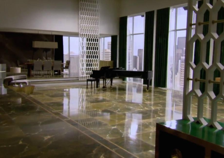 Δίπλα στην τραπεζαρία υπάρχει ένας τεράστιος χώρος όπου ο Mr. Grey παίζει το πιάνο του