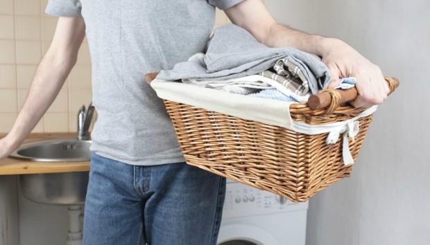 Έρευνα: Γιατί οι Άντρες Αποφεύγουν να Kάνουν Οικιακές Δουλειές
