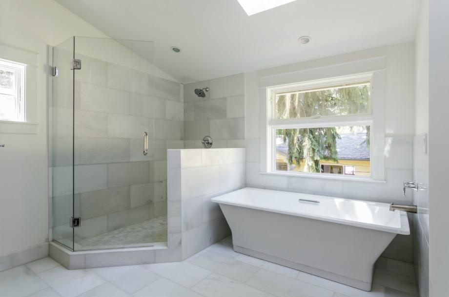 Λίγο λευκό ξίδι θα σας λύσει τα χέρια και στον καθαρισμό των τζαμιών της ντουζιέρας σας.