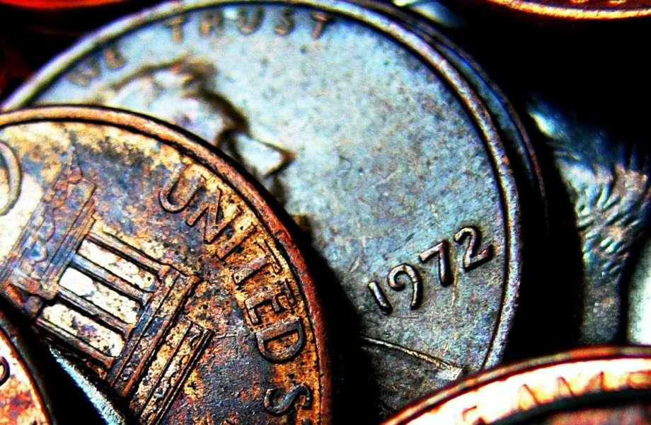 Λάμψτε τα παλιά σας νομίσματα βουτώντας τα μέσα σε κόλα!