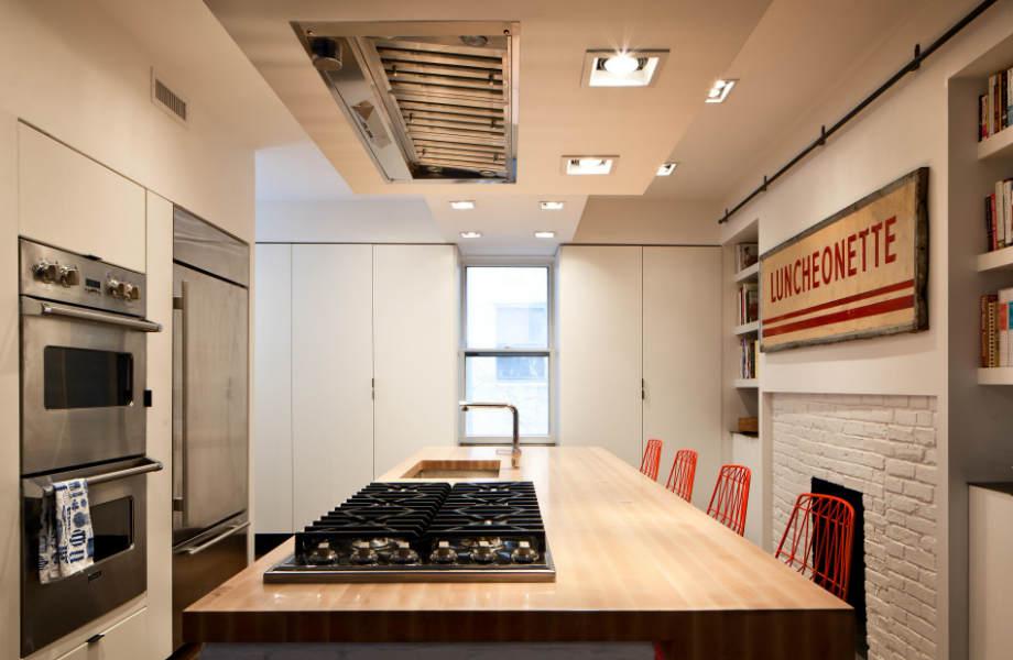 Ένα μεγάλο κάδρο σε έντονα χρώματα θα κάνει την κουζίνα σας να φαίνεται μεγαλύτερη.