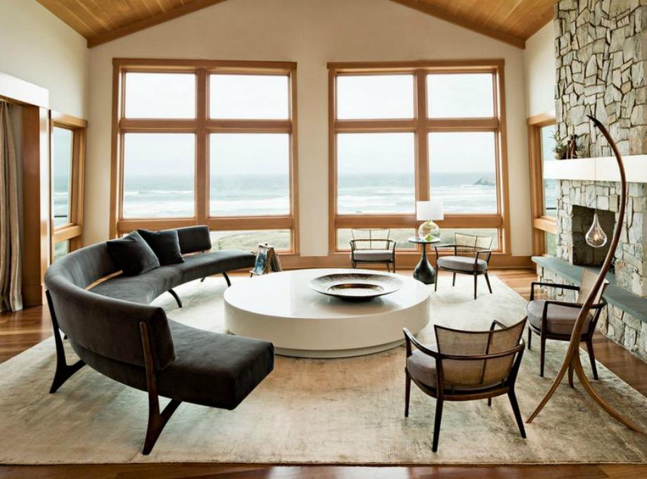 Αυτός ο καναπές μαζί με τις καρέκλες δημιουργεί έναν νοητό κύκλο