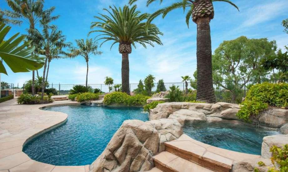 Η υπέροχη πισίνα της έπαυλης είναι διαμορφωμένη σε τροπικό στυλ.