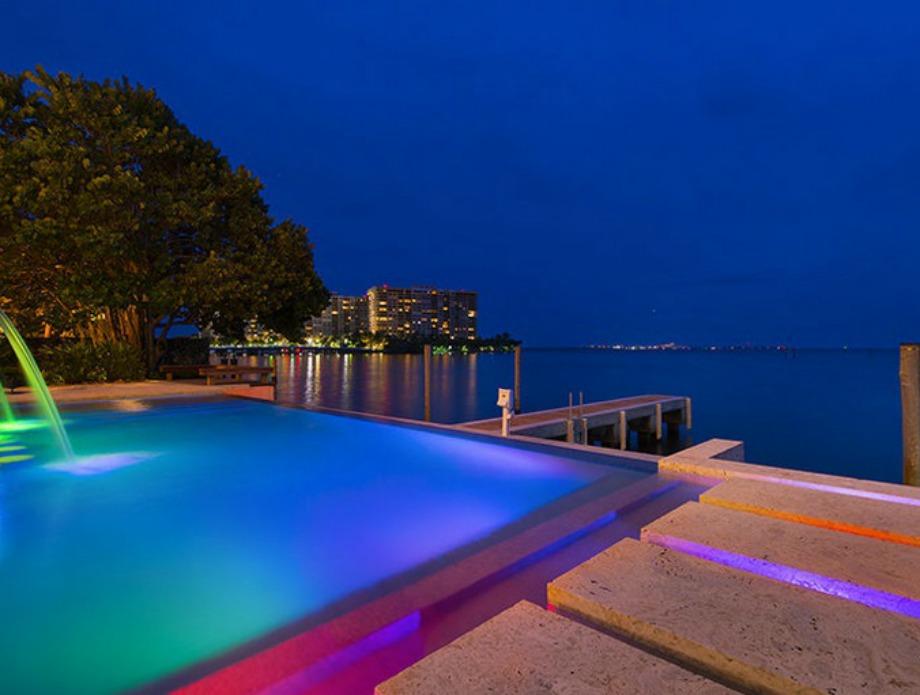 Οι υπέροχοι χρωματισμοί της πισίνας δημιουργούνται από τον κρυφό φωτισμό που υπάρχει σε αυτήν