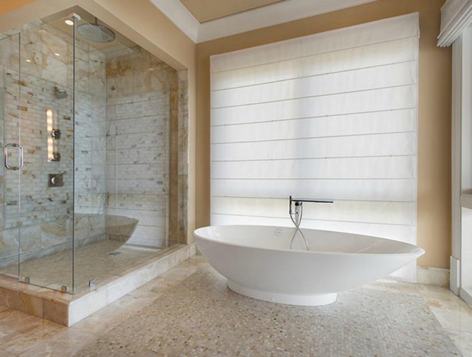 Τα μπάνια έχουν μίνιμαλ διακόσμηση