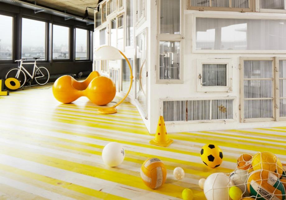 Πολύχρωμο ξύλινο πάτωμα με κίτρινες και άσπρες ρίγες