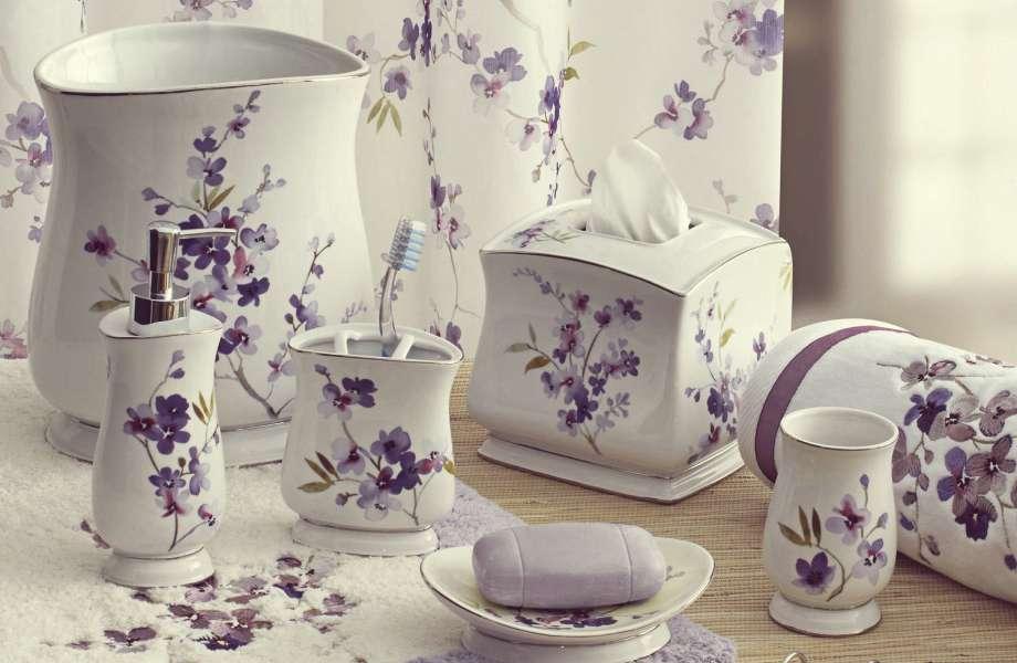 Ζωντανέψτε το μπάνιο σας συνδυάζοντας το taupe με μοβ διακοσμητικά.