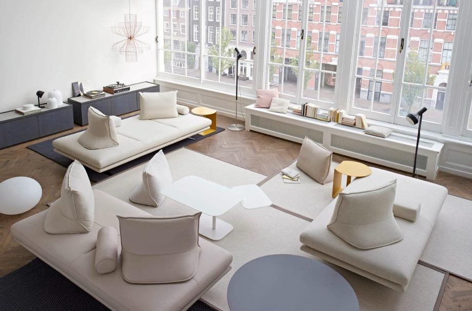 Ο καναπές χωρίς πλάτη είναι μια μοντέρνα αλλά άβολη επιλογή
