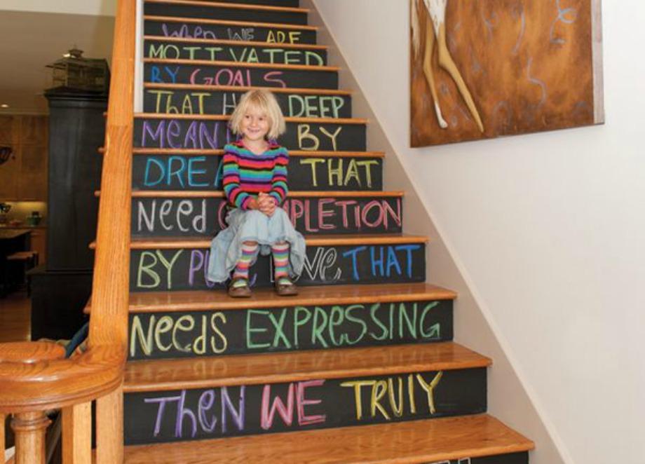 Αν είστε τύπος που αλλάζετε συχνά άποψη μπορείτε να επιλέξετε αυτά τα σκαλοπάτια με τον μαυροπίνακα για να γράφετε ό,τι θέλετε και να τα αλλάζετε όσο συχνά επιθυμείτε